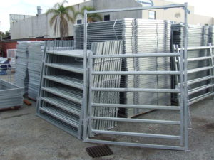 Cattle/horse swinging yard gate